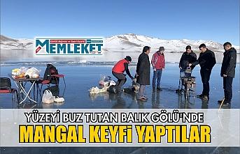 Yüzeyi buz tutan Balık Gölü'nde mangal keyfi yaptılar