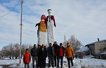 """Kar yağışına sevinen Ağrılı kardeşler, 5 metrelik """"kardan gelin ve damat"""" yaptı"""