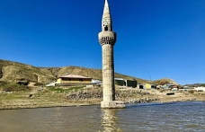 Su altından yükselen minare görsel şölen sunuyor