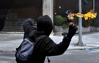 AK Parti ilçe binasına molotoflu saldırı girişimini...