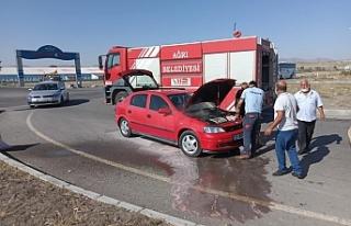 Ağrı'da seyir halindeki aracın motorunda yangın...