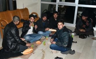 Ağrı'da düzensiz göçmenlere battaniye ve gıda yardımı