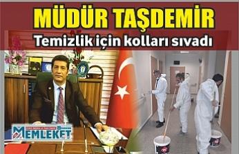 Müdür Taşdemir, temizlik  için kolları sıvadı
