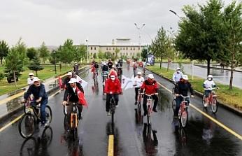 AİÇÜ'de al bayraklarla bisiklet turu düzenlendi