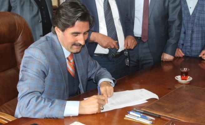 Belediye başkanına ilk imza sürprizi