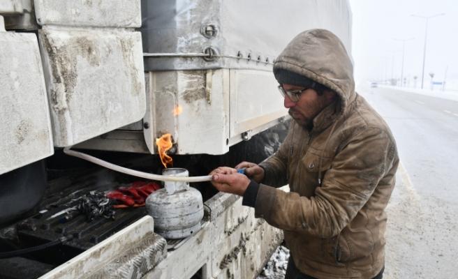 Ağrı'da yakıt deposu donan tırlar yolda kaldı