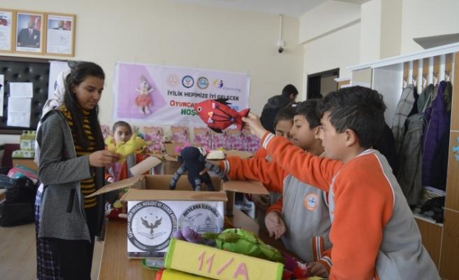 Deprem bölgesindeki çocuklara oyuncak yapıp, gönderdiler