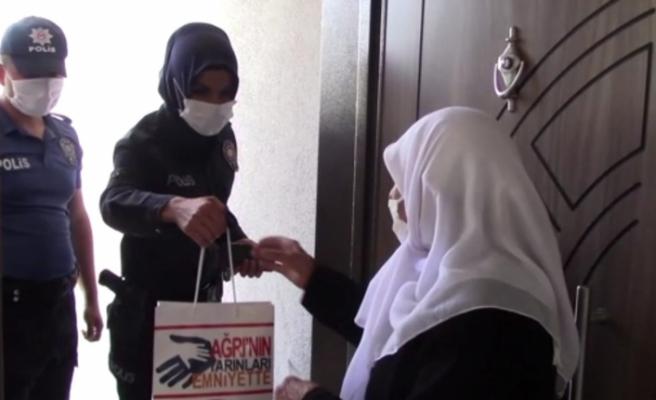 Polisler, şehit annesinin bayramını kutladı