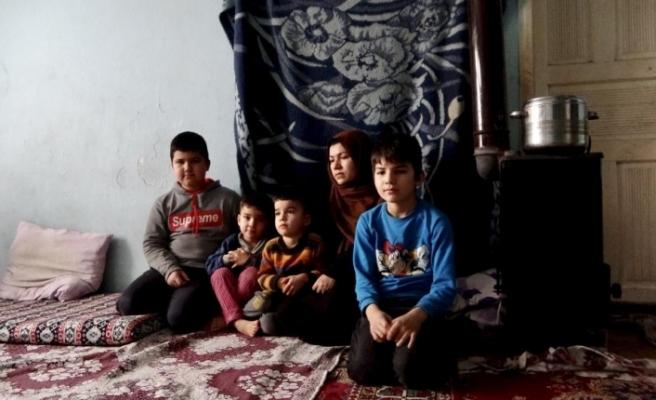 Afgan kadın, çocuklarıyla yaşadığı yıkık dökük evde yaşam mücadelesi veriyor
