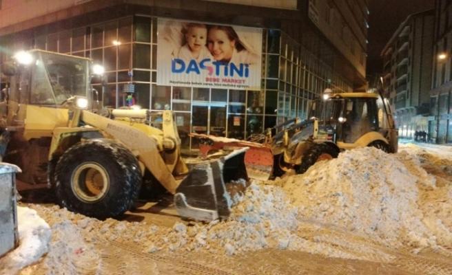 Ağrı Belediyesi ekiplerinin karla mücadelesi sürüyor