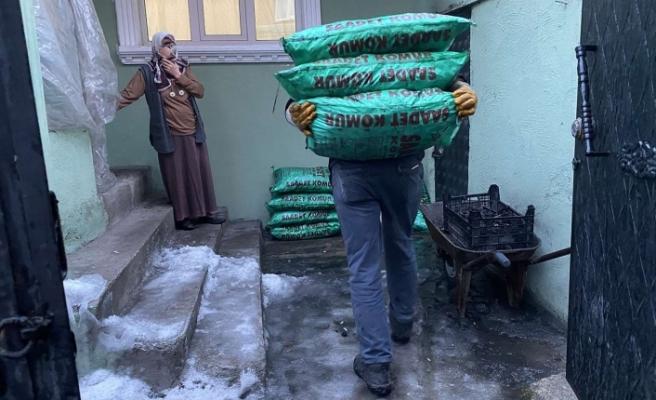 Sadakataşı Derneği Ağrı Temsilciliği kentte kömür, giyecek ve gıda yardımında bulundu