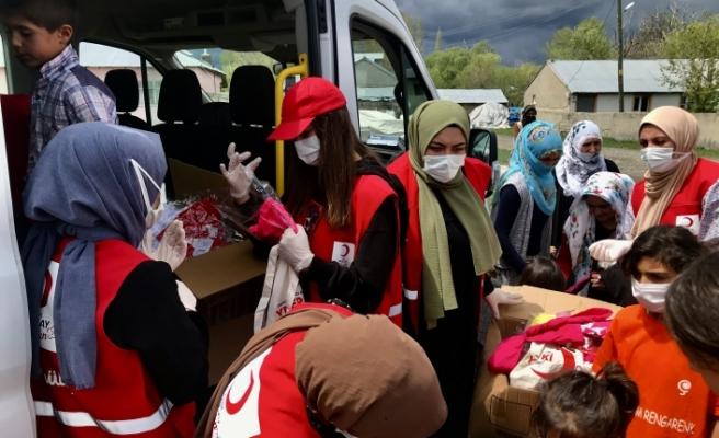 Kızılay Kadın Kolları, Ramazan Bayramı öncesi çocukların yüzünü güldürdü