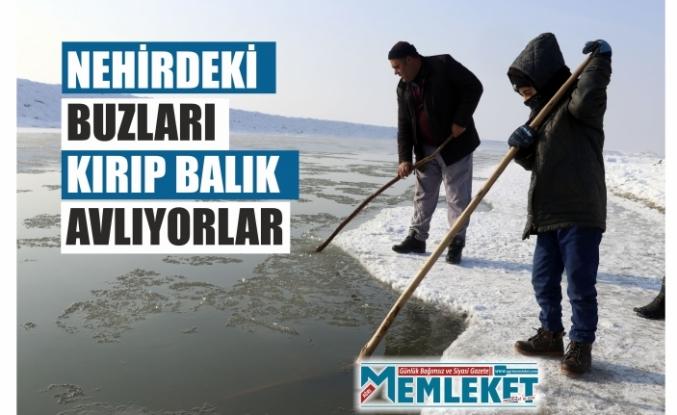 Nehirdeki buzları kırıp balık avlıyorlar