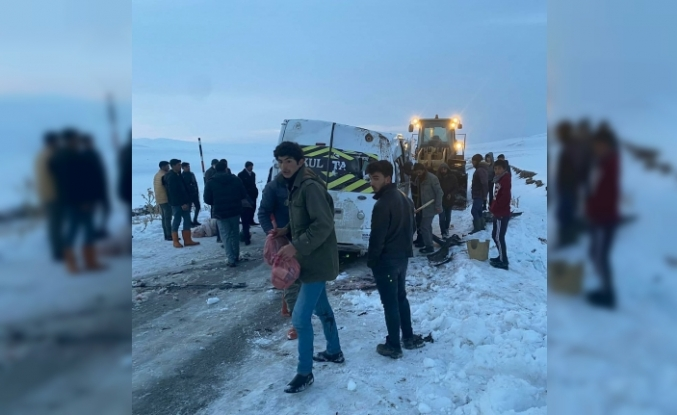 Ağrı'da köy minibüsü devrildi: 5 yaralı