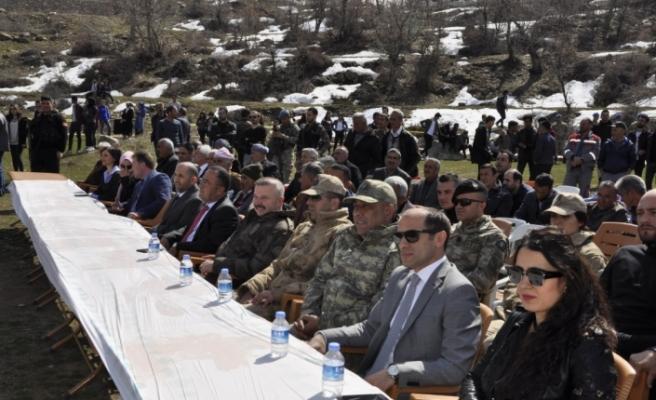 Çukurca'da asker polis ve vatandaşlar birlikte halay çekti