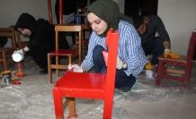 Atıl malzemelerle köy okullarına kütüphane kuruyorlar