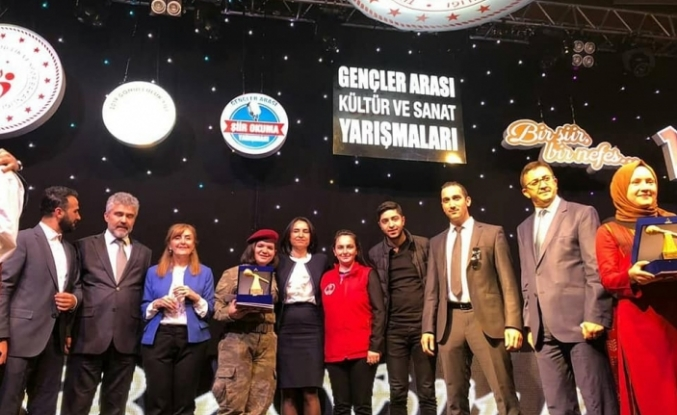 'Gençler Arası Şiir Okuma' yarışmasında Türkiye birincisi Ağrı Oldu