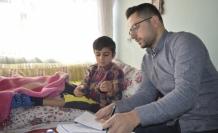 Fedakar öğretmen, her gün hasta öğrencisine evinde ders veriyor