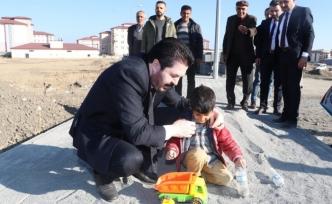 Başkan Sayan'ın çocuklarla kumda oyun oynadı