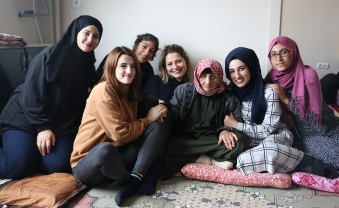 Üniversiteli kızlar, Naciye nineyi yalnız bırakmıyor