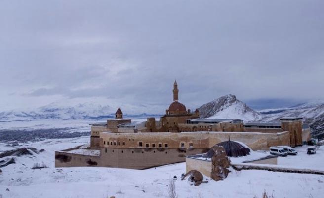 İshak Paşa Sarayı'nın yolu yaz kış açık