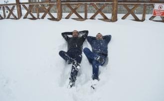 Kar yağışını eğlenceye çevirdiler