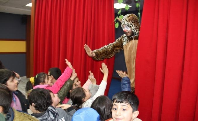 Müdür Tekin, öğrencilere tiyatro izletmek amacıyla tiyatro sahnesi hazırlattı