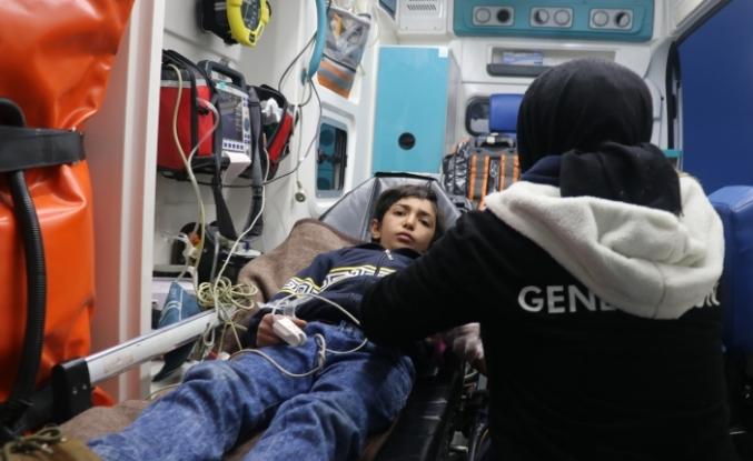 Paletli ambulansla karları aşıp hasta çocuğu hastaneye yetiştirdiler