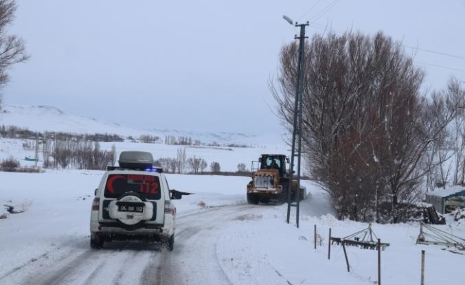 Yolu kardan ulaşıma kapanan köydeki hasta çocuğun imdadına ekipler yetişti