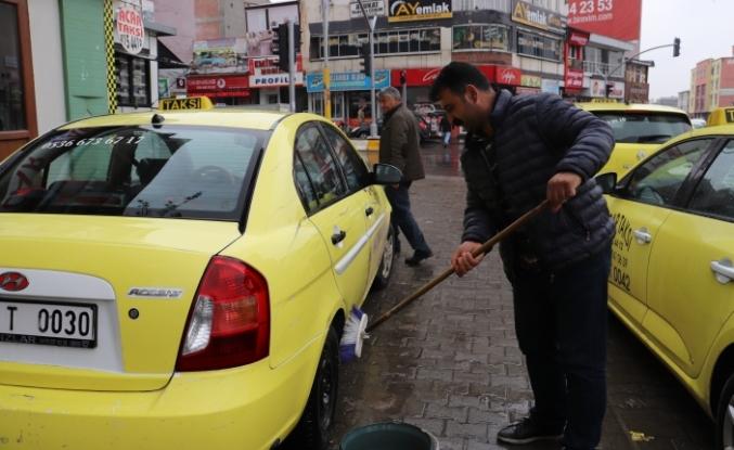 Her müşteriden sonra taksiler dezenfekte ediliyor