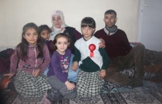 Engelli eşi ve 4 kızına gözü gibi bakıyor