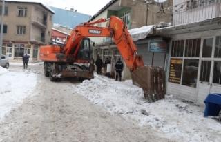 Ağrı Belediyesi karla mücadele çalışmalarına...