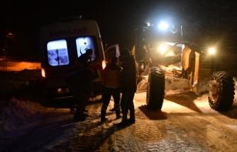 Ağrı'da 2 hasta kar nedeniyle 4 saatlik çalışmanın ardından hastaneye ulaştırıldı