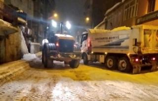 Ağrı'da belediye ekiplerinin karla mücadele...