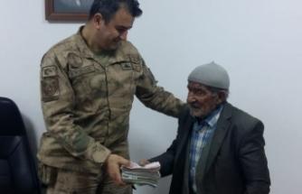 Jandarma yaşlı adamın çalınan parasını kendisine teslim etti