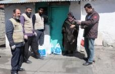 Beşir Derneği evlerinden çıkamayan yaşlıların yardımına koşuyor