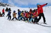 Ağrı'da kayak hocası Ali Yılmaz, Küpkıran Kayak Merkezinde Ağrılı çocuklara ücretsiz kayak dersi vererek geleceğe hazırlıyor.