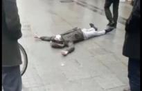 Ağrı Cumhuriyet Caddesinde bayılan bir gence, yaklaşık 3 dakika boyunca yerde hareketsiz kalmasına rağmen, koronavirüs korkusu nedeniyle çevrede bulunanlar tarafından müsahale edilmedi.